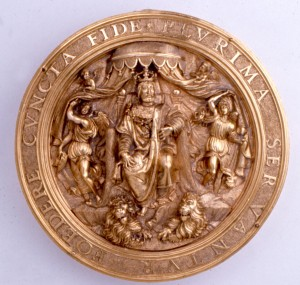 A gold bulla depicting an enthroned king.