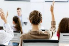 teacher_trainee_in_class_raising_hand_295
