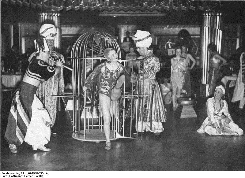 Travelling around the World: Mass Entertainment in the 'Haus Vaterland' in Berlin