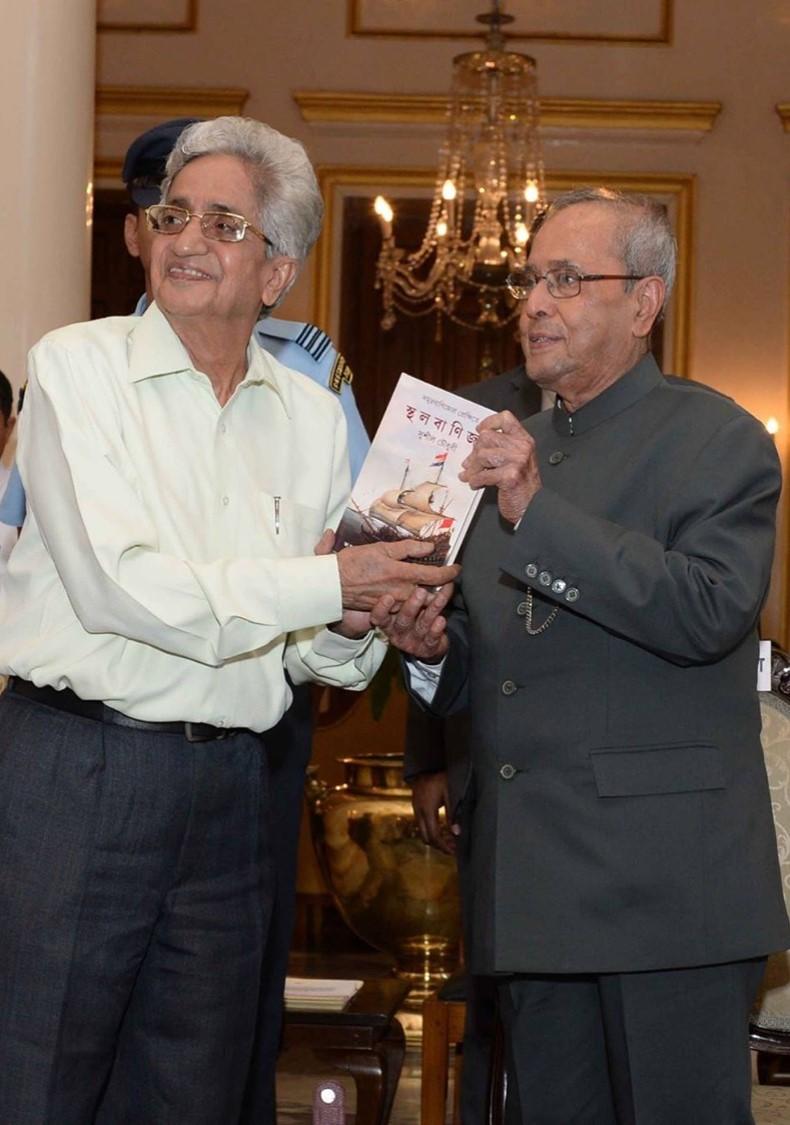 Sushil Chaudhury with Shri Pranab Mukherjee (2017).